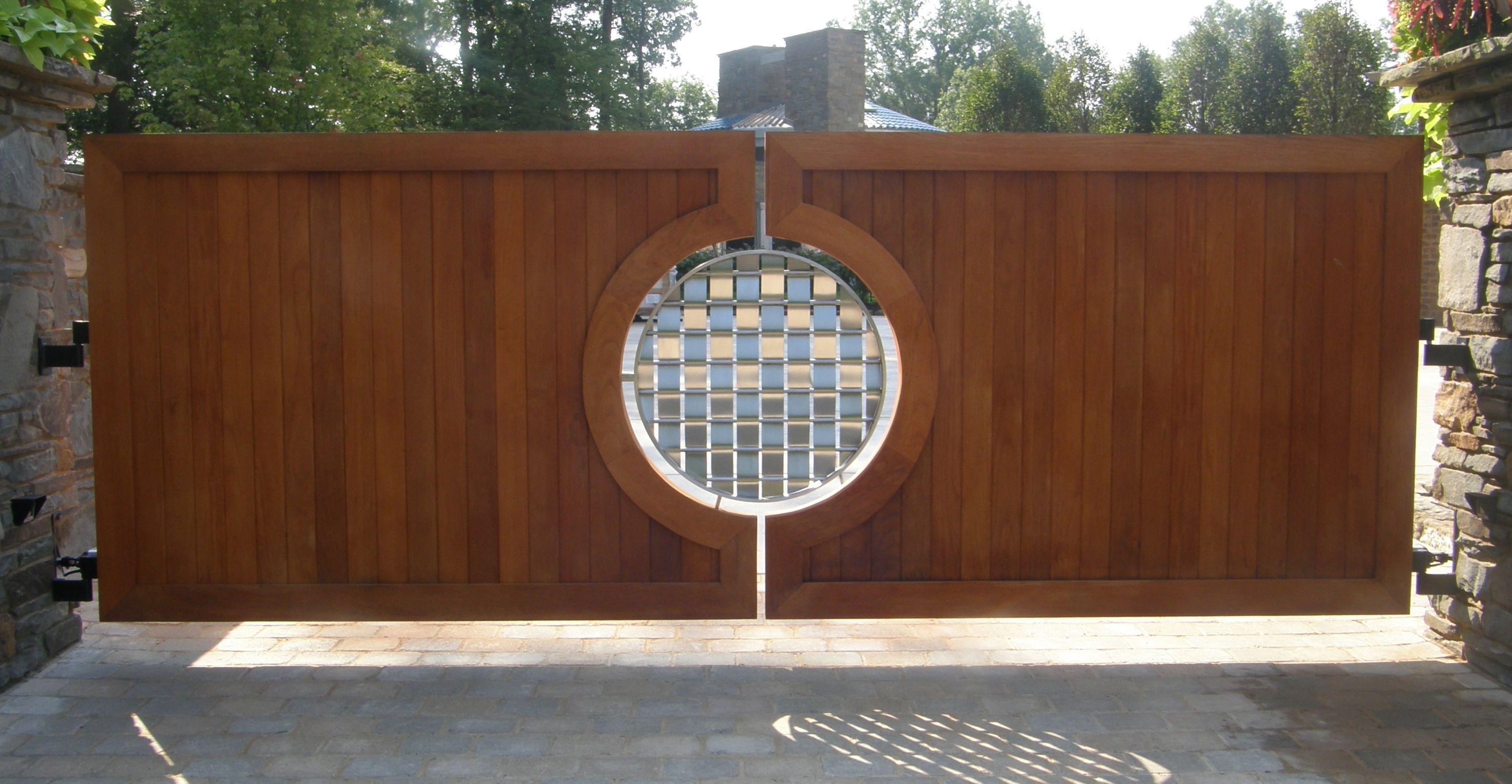 Driveway gate ideas modern contemporary for Wood driveway gate plans
